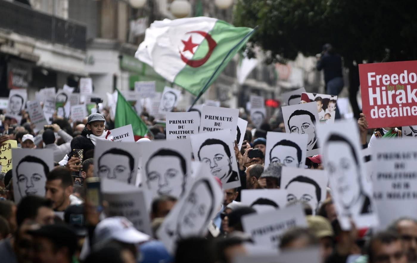 manifestants-algeriens-brandissent-portrait-Ramdane-Abane-ancien-dirigeant-mouvement-independance-27-decembre-2019-Alger_0_1400_884